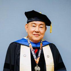 """陈德胜博士是合格受训的机械工程师。他曾是马来西亚国际福音商人团契总会长及马来西亚好消息电视台的创办人兼主席。他也是现任马来西亚家庭第一的创办人兼主席,此乃一间非政府机构,其宗旨在于协助Y时代父亲与配偶的配搭下,在身体、精神、灵性以及财务管理上得着装备,以建立更美好的家庭、职场、社会以及强盛的国家。 陈德胜博士现任泰然诺在线神学院公司(Tyrannus Online Seminary Bhd)的董事主席。泰然诺在线神学院是亚洲神学协会(ATA) 的准会员。本学院提供在职基督徒在工作余暇以自定进度的方式透过线上进修神学学位课程。 陈博士也与一群同一心志的基督徒和团体同工,一起宣讲及寻找、挽救失丧的灵魂。他也经常在教会及职场会议中分享神的道。 2020年3月,陈德胜长老荣获美国加州Promised Christian University 颁发荣誉人文博士学位,以表扬其33年对社会和神国的卓越贡献。 陈德胜博士与他一家人立志活出圣经中教导的家庭典范。 正如(约书亚记24:13)所说 """"至于我和我家,我们必定事奉耶和华(主)。"""